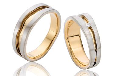 14 karaat bicolor trouwringen met een briljant in de dames trouwring