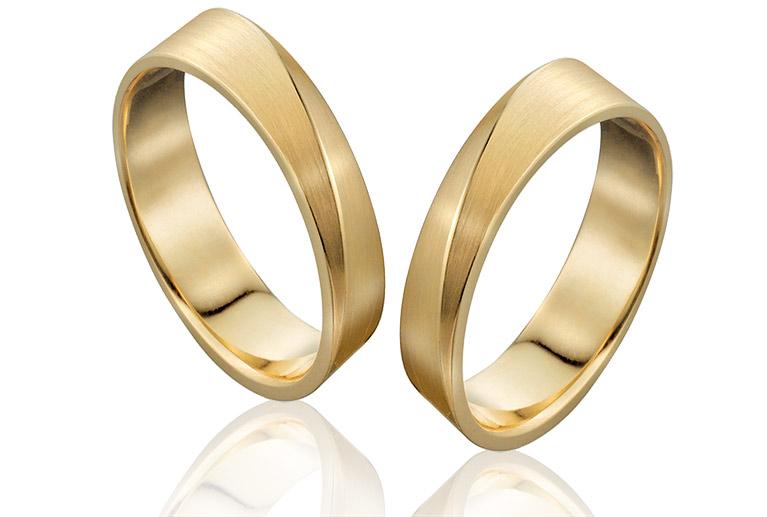 trouwringen van goud gematteerd in en speciaal in een speciale wormgeving