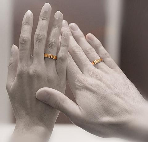 handen met 14 krt bicolor ringen om