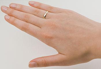 dameshand met een 14 krt geelgouden klassieke trouwringen in retro stijl