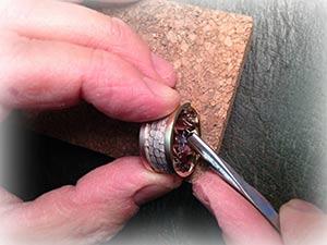 handgraveur die een relatiering graveerd van bicolourgoud