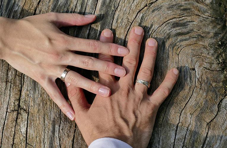 Organische trouwringen om de vinger aan twee handen