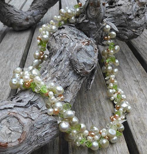 Parelsnoer met groenen stenen bijpassend bij trouwjuk