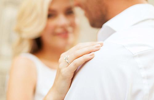 bruidspaar met tijdlozen trouwringen om hun handen