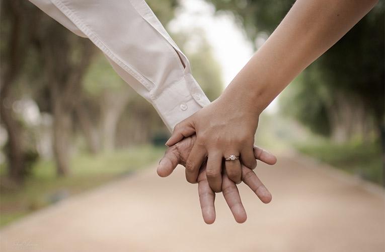 Bruidspaar met een gratis briljant in de verlovingsring