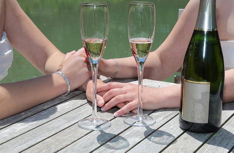 homohuwelijk twee vrouwen en glazen champagne