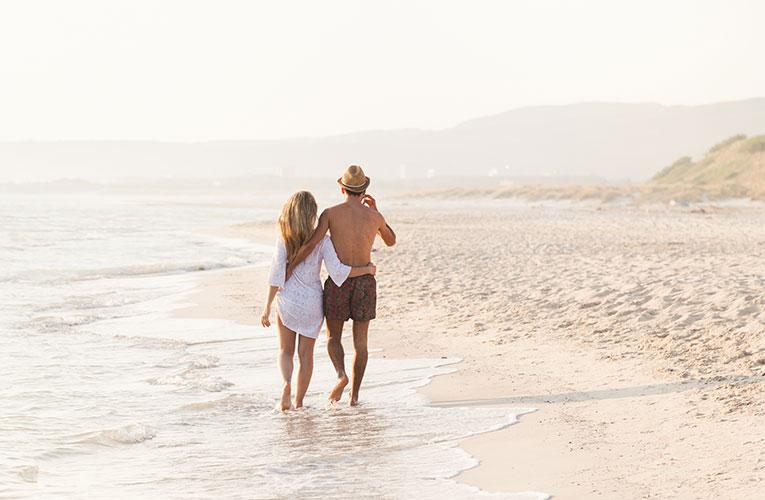 verliefd stel wandelend op het strand