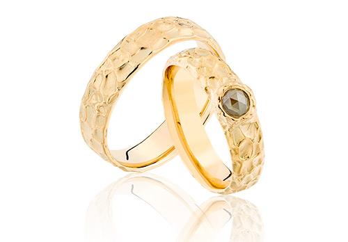 Unieke trouwringen hand gemaakt van geelgoud met een roos diamant