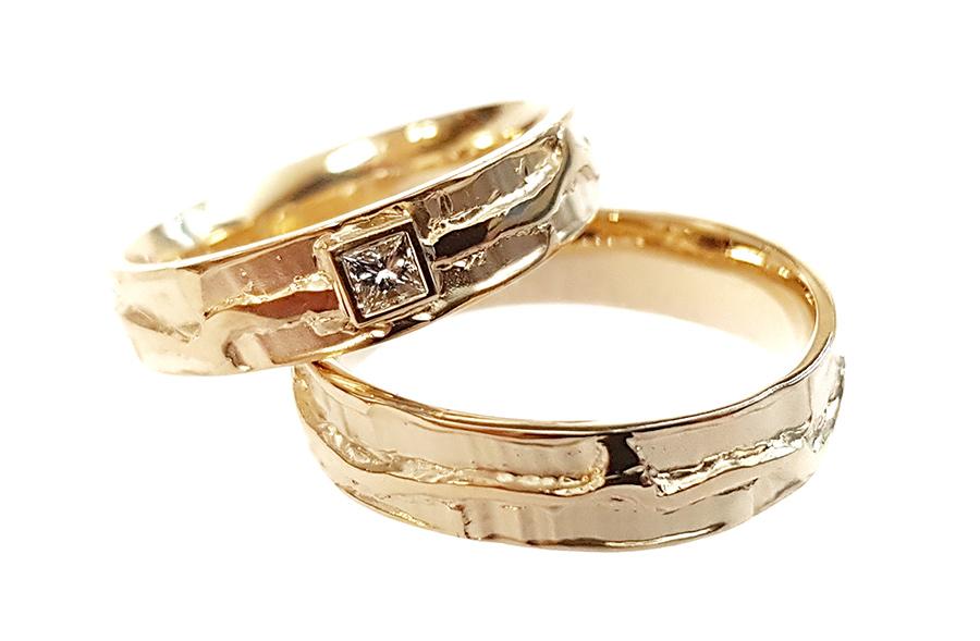 Gouden stoere trouwringen met diamant
