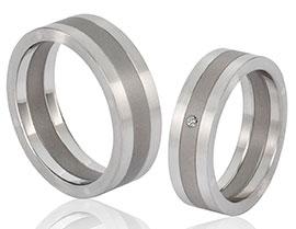 onderscheidende ringen van staal en grijs titanium