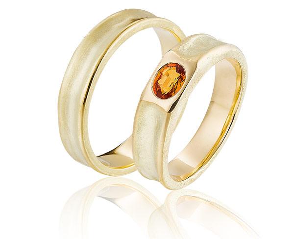 14 karaat wamgeelgouden trouwringen met saffier