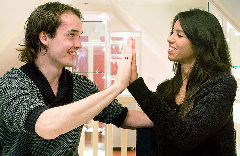 Bruidspaar wat trouwringen uitzoekt