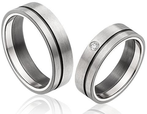 zwarte zirkonium trouwringen met een 0,05 crt briljant in de damestrouwring en een witgouden ring in de zijkant