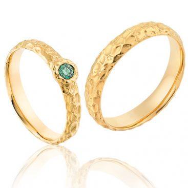 Hippe geelgouden trouwringen met een mooie groene briljant