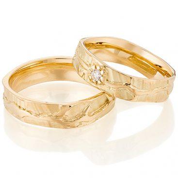 Organische trouwring van goud met bloemmotief en briljant