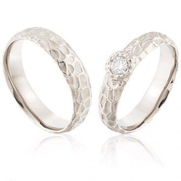 witgouden organische trouwringen met een grote diamant 0,25 crt