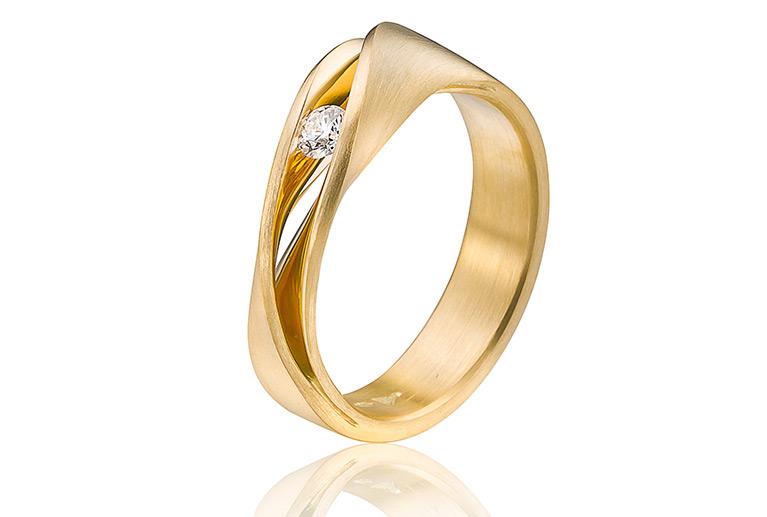 trouwring in goud met een 0,11 crt vvs/tw diamant